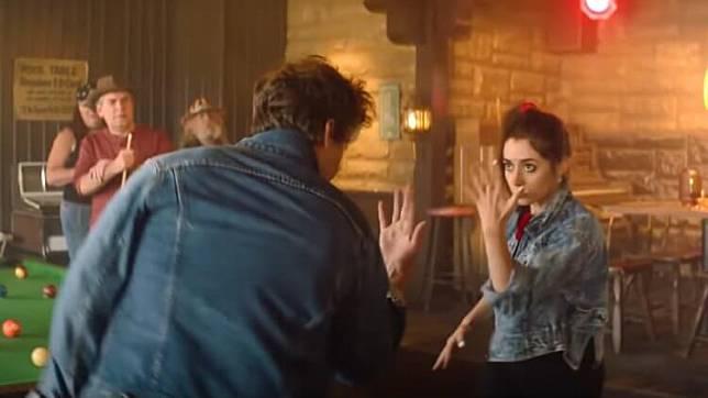 《棕櫚泉不思議》兩人酒吧跳雙人舞