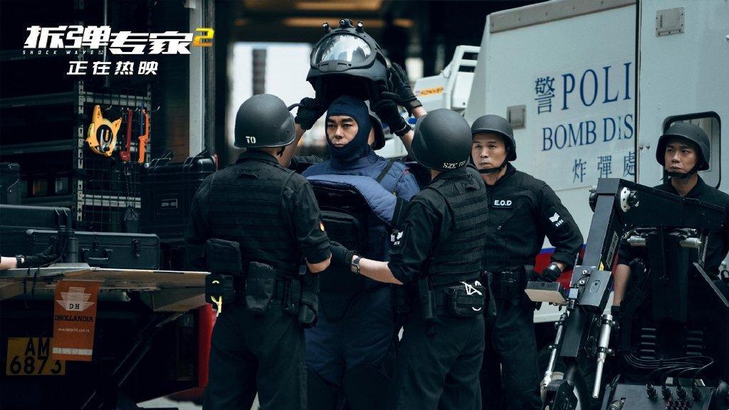 《拆彈專家2》邪惡組織瘋狂狙擊潘承風的警消同事