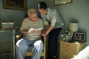 《父親》最後陪伴在安東尼身邊的護工凱薩琳